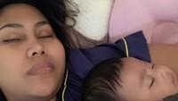 <p>Waduh, rupanya Bunda Evi Masamba dan si kecil Meyshyla kecapekan banget nih. (Foto: Instagram/ @evi_masamba_real)</p>