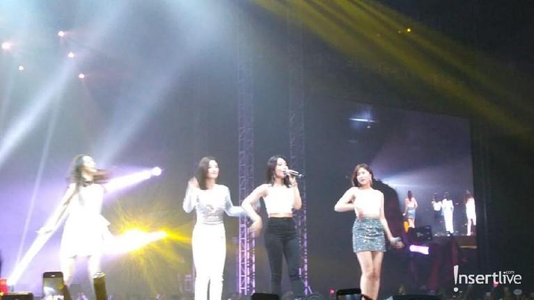 Girl grup Apink menjadi penampil kedua dengan membawakan lagu bertajuk %% dan I'm So Sick.