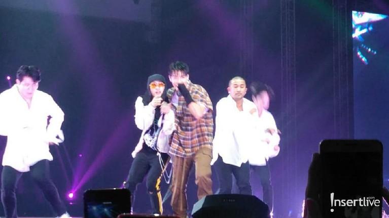 Personel Super Junior lainnya, Dong Hae dan Eunhyuk, juga turut menghibur penggemar kpop malam ini.