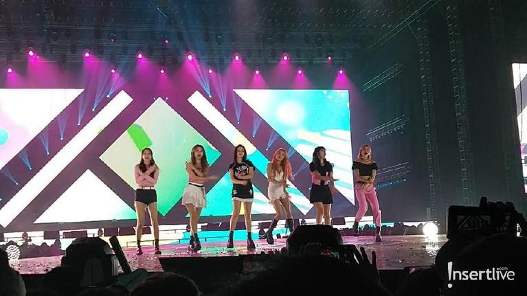 Para personil Momoland yang cantik juga mampu tampil menawan di Super K-pop Festival 2019.