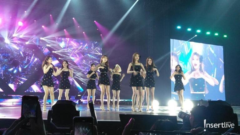 Fromis 9 terlihat mengenakan gaun hitam bermotif polkadot saat tampil di Super K-Pop Festival 2019.