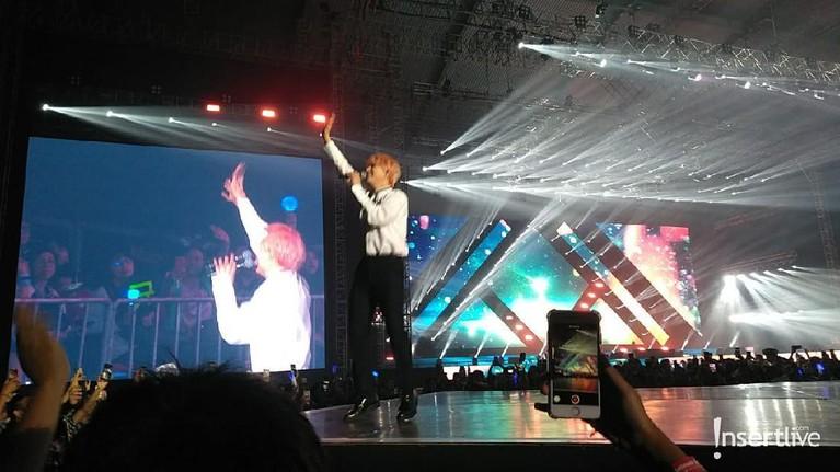 Kyuhyun juga tampil keren saat menghibur penonton Super K-Pop Festival 2019.