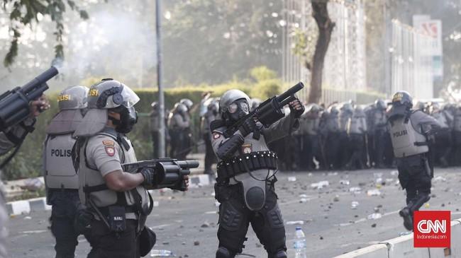 Sejak sore massa sudah mulai masuk ke jalan tol dan melempari kendaraan polisi. Petugas kemudian menembakkan gas air mata untuk menghalau pedemo.