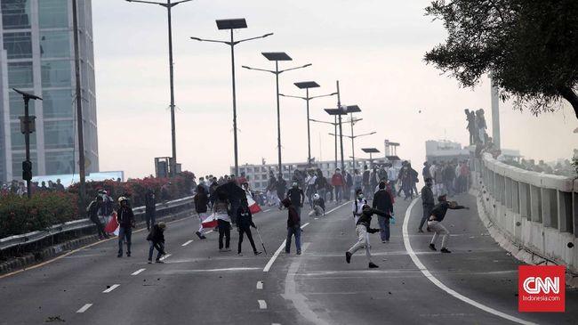 Pengguna jalan yang sudah terjebak di dalam tol menuju lokasi unjuk rasa dari arah Cawang akan diputarbalikkan di Semanggi.