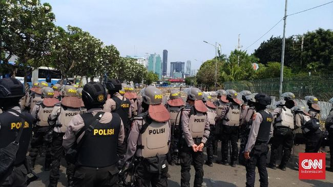 Dua pelajar dan seorang pemuda ditangkap polisi dan dibawa ke gedung DPR. Kepada polisi, pemuda itu, mengaku hanya memotret.