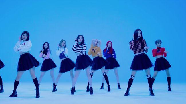Para penonton di SKF 2019 tak hanya bernyanyi, mereka juga ikut menarikan koreografi seperti yang terlihat di video musik MOMOLAND.