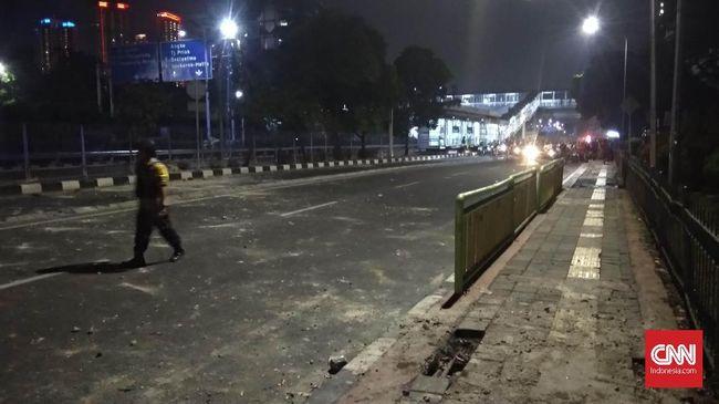 Massa aksi di kawasan jalanan RS Pusat Nasional Jantung Harapan Kita dikepung oleh puluhan pasukan Brimob setelah bubar karena tembakan gas air mata.