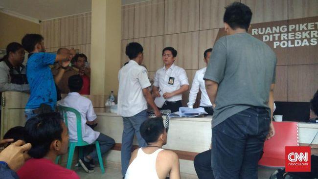 Mereka yang ditangkap berpakaian putih abu-abu dan diduga ingin membuat rusuh dalam demonstrasi di depan Mapolda Sumsel, Palembang.