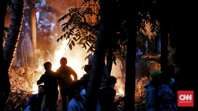 Massa yang berunjuk rasa di kawasan Semanggi sempat membakar pos polisi dekat Universitas Atma Jaya, Senin (30/9). Namun mahasiswa melarang pembakaran tersebut.