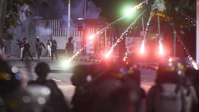 Berdasarkan hasil pemeriksaan, polisi mengklaim korban meninggal dunia usai demonstrasi, Yadi (23), mengalami sesak nafas.