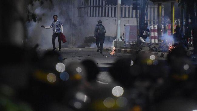 Ninoy Karundeng sempat minta hijab agar bisa pulang dengan selamat usai dipukuli. Dia mengaku disuruh polisi melaporkan dugaan penganiayaan yang menimpanya.
