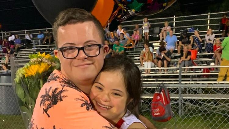 Kisah kasih di sekolah dua remaja yang sama-sama down syndrome ini bikin hati haru dan bibir tersenyum simpul.