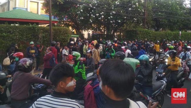 Kini, massa demonstran tengah bersitegang di depan Pasar Palmerah dan Menara Kompas Gramedia.