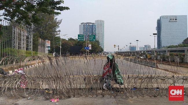 Mobil meriam air, baraccuda, hingga kawat berduri disiapkan aparat untuk mengantisipasi aksi mahasiswa di depan Gedung DPR, 30 September 2019.