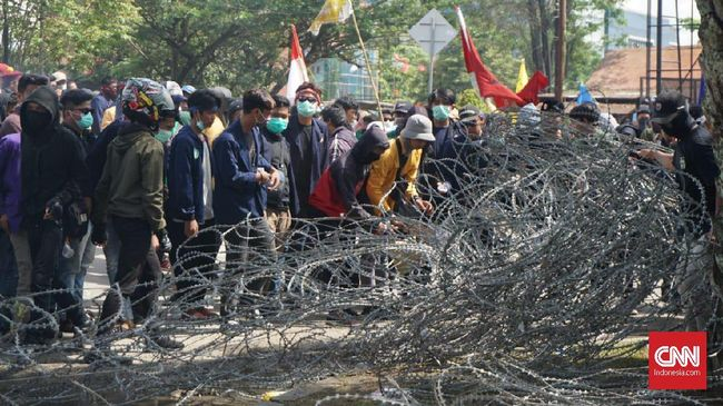 Aparat kepolisian menembakkan puluhan kali gas air mata ke arah massa Kaltim Bersatu di Samarinda, Kalimantan Timur