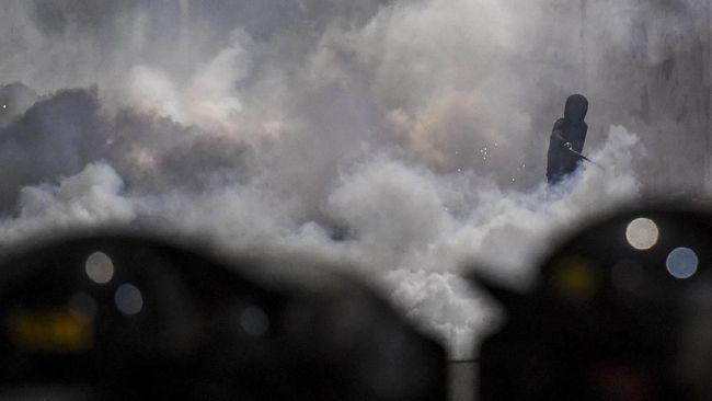 Tembakan gas air mata saat demonstrasi kerap bikin mata perih. Untuk mengatasinya, para pengunjuk rasa menggunakan odol di bawah mata. Benarkah cara tersebut?