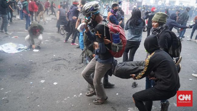 Demonstrasi di Bandung dibubarkan polisi. Sebagian besar demonstran dievakuasi ke kampus dan rumah sakit. Ada pula warga dan bayi yang terkena gas air mata.