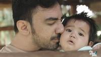 <p>Kecupan sayang Reza DA untuk keponakan tercinta. (Foto: Instagram/ @reza_zakarya_daa) </p>