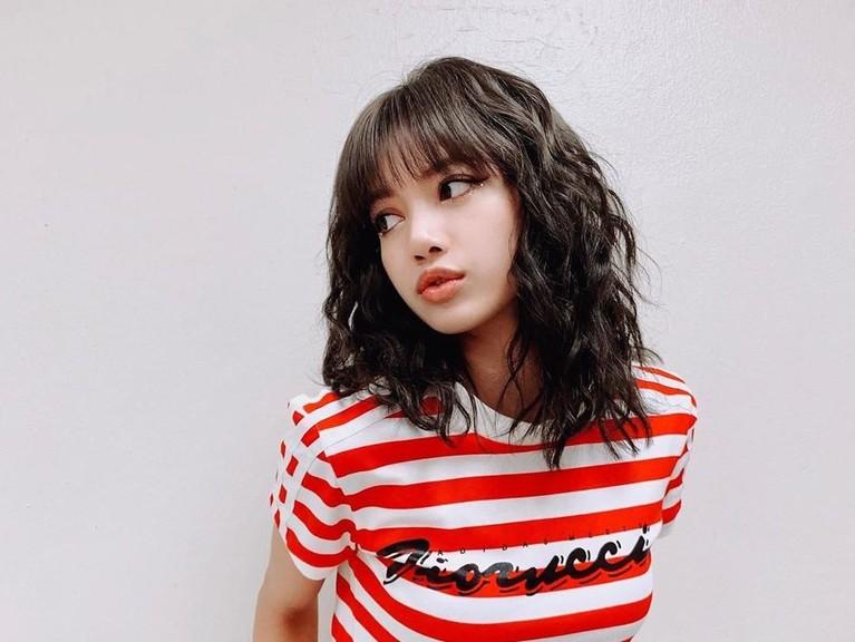 Santai, Lisa BLACKPINK tetap tampak cantik dengan rambut dikriting dan dibiarkan terurai.
