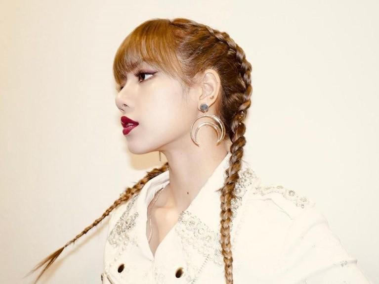 Penampilan seorang artis sering kali menjadi inspirasi bagi penggemar, salah satunya yakni model rambut. Berikut gaya rambut Lisa BLACKPINK yang bisa kamu tiru.