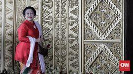 Puan Ketua DPR, Megawati Ikut Foto di Depan Meja Pimpinan