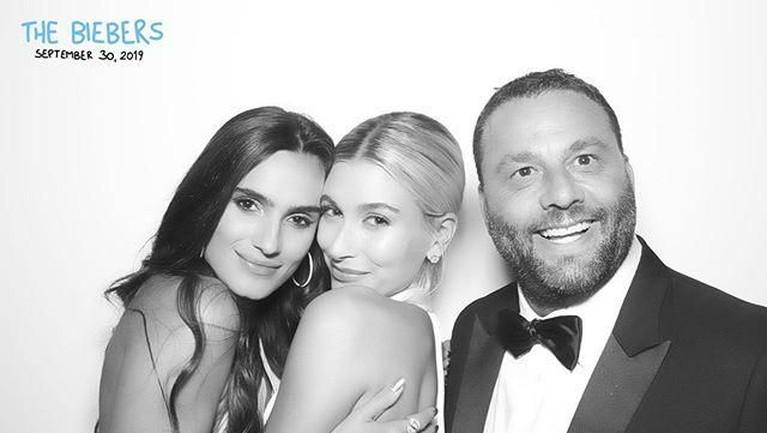 Keduanya juga ikut berfoto dan mengabadikan kebahagiaan mereka dengan Hailey dalam acara pernikahannya tersebut.
