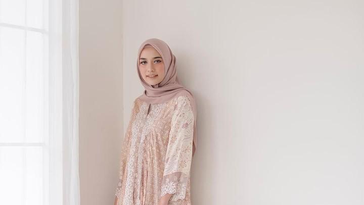 <p>OOTD selebgram Mega Iskanti termasuk yang paling banyak ditiru netizen, termasuk gayanya saat ke resepsi ini. Mega terlihat cantik dalam balutan batik modern berwarna pastel. (Foto: Instagram @megaiskanti)</p>