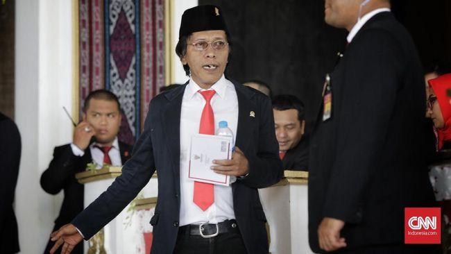 Anggota DPR Fraksi PDI Perjuangan Adian Napitapulu mengikuti pelantikan Dewan Perwakilan Rakyat (DPR) periode 2019-2024 di Ruang Rapat Paripurna, Kompleks Parlemen, Senayan, Jakarta, Selasa, 1 Oktober 2019.