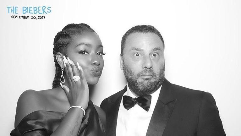 David Grutman juga membagikan foto dirinya bersama salah satu penyanyi rap ternama dunia yaitu Justin Eskye dalam perayaan pernikahan Justin Bieber dan Hailey Baldwin.