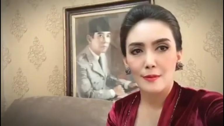 Rieke Diah Pitaloka juga tampak cantik saat pelantikan anggota DPR hari ini. Ia menggunakan kebaya warna merah dalam video yang diunggahnya di Instagram.