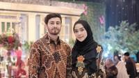 <p>Adapun selebgram Hamidah Rachmayanti dan suami kompak mengenakan batik dalam dalam sebuah acara pernikahan. Hamidah memadukan long dress batik dengan hijab berwarna hitam. (Foto: Instagram @hamidahrachmayanti)</p>