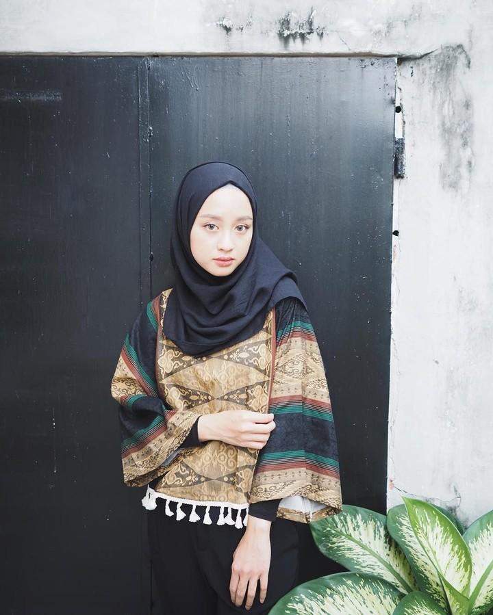 <p><em>Content creator</em> Gita Savitri memilih atasan batik yang dipadu dengan hijab hitam. Meski simpel, namun tetap terlihat <em>stylish</em>. (Foto: Instagram @gitasav)</p>
