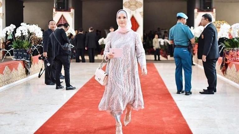 Rachel Maryam tampak terlihat cantik dengan kebaya nuansa warna pink dan biru muda dan jilbab yang sewarna dengan bajunya. Senyuman bahagia juga terpancar di wajah Rachel saat masuk ke gedung DPR untuk dilantik.
