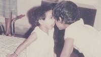 <p>Sejak kecil, pemeran Latika di <em>Slumdog Millionaire</em> ini juga dekat banget dengan kakaknya. (Foto: Instagram/ @freidapinto)</p>