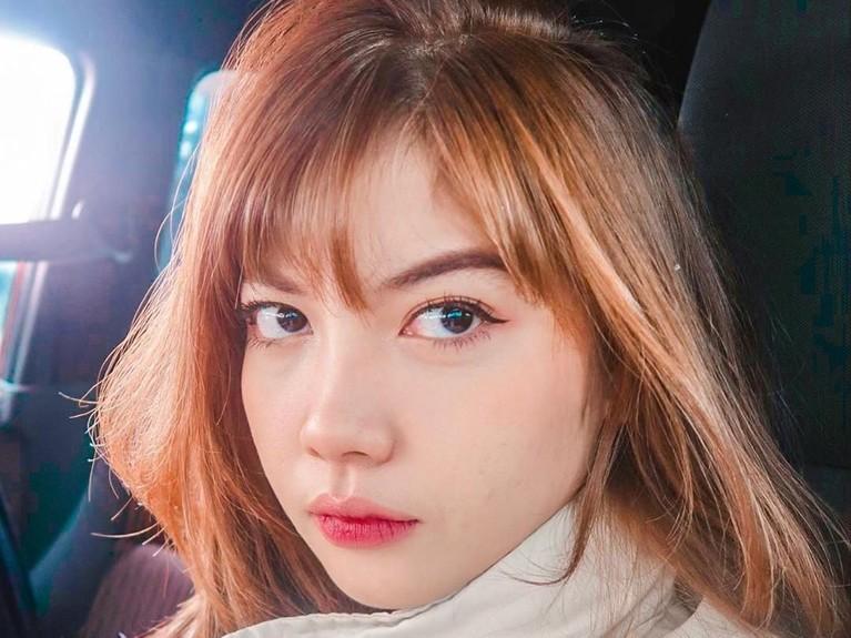 Bella merupakan wanita cantik berdarah campuran antara Indonesia dan Jepang. Ia bahkan memiliki nama Jepang Takanashi.