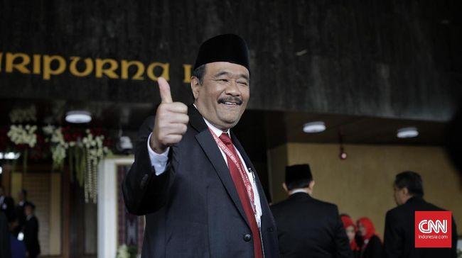 Anggota Fraksi PDIP Djarot Saiful Hidayat meminta Menag Fachrul Razi membuat kajian dari sisi agama dan budaya sebelum melarang cadar masuk instansi pemerintah.