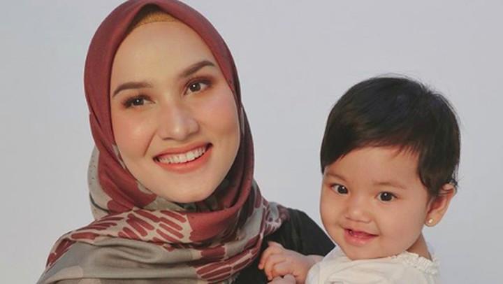 <p>Freya Kayonna Humaira adalah anak perempuan dari selebgram Dwi Handayani. Si kecil berpipi gembil ini sudah memiliki banyak penggemar sejak dilahirkan. (Foto: Instagram @dwihandaanda)</p>