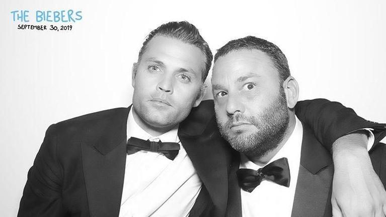 Salah satu sahabat Justin dan Hailey yaitu Dave Grutman, membagikan foto momen dirinya dan teman-teman dalam pernikahan The Biebers.