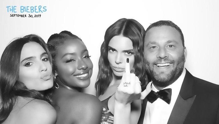 Selain itu, model dan juga adik dari Kim Kadarshian yaitu Kendall Jenner, ikut turut hadir dalam perayaan pernikahan Justin Bieber dan Hailey Baldwin.
