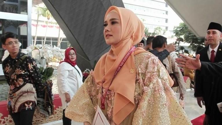 Istri Ahmad Dhani yaitu Mulan Jameela, juga terlihat cantik saat pelantikan anggota DPR periode 2019-2024. Ia menggunakan baju bodo dengan perpaduan warna krem dan pink muda.