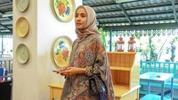 <p>Artis Laudya Cynthia Bella juga beberapa kali terlihat mengenakan batik. Seperti saat menghadiri Halal Bihalal Malaysia-Indonesia, ia mengenakan atasan batik yang dipadu dengan hijab berwarna cokelat. (Foto: Instagram @laudyacynthiabella)</p>