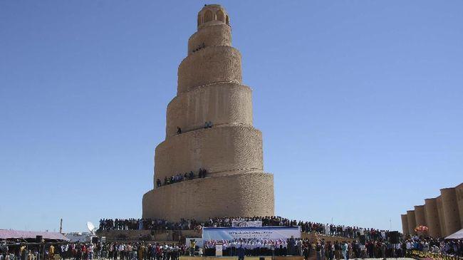 Menara yang melilit menjadi pemandangan yang paling ikonis dari Masjid Agung Samarra di Irak.