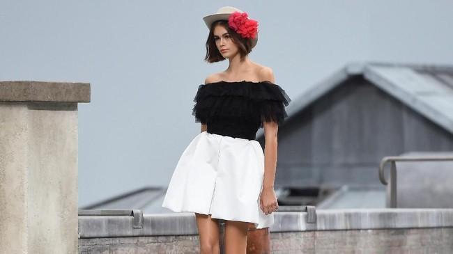 Mini dress, short, off shoulder, dan jaket yang khas Chanel masih jadi DNA dari rumah mode ini (Christophe ARCHAMBAULT / AFP)