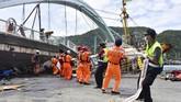 Sebuah jembatan di kawasan teluk Nanfangao, Taiwan roboh pada Selasa (1/10). Sejumlah warga Indonesia dilaporkan menjadi korban.