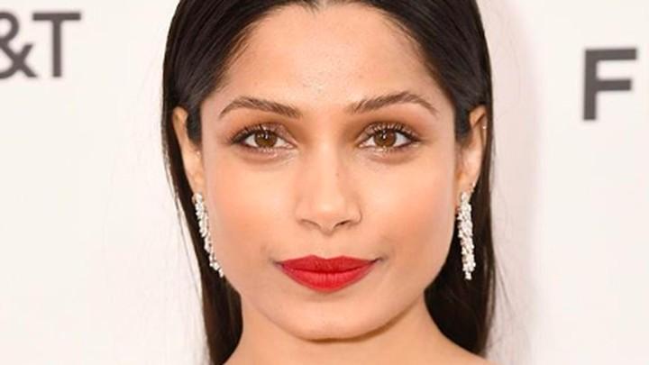 <p>Freida Pinto adalah aktris asal India. Salah satu film Frieda yang terkenal adalah Slumdog Millionaire yang juga diperankan oleh Dev Patel. (Foto: Instagram/ @freidapinto)</p>