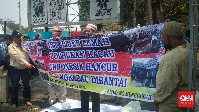 Pencopotan gelar adat Kapolri dinilai sebagai hukuman adat karena dinilai telah gagal melindungi masyarakat Minang di Papua.
