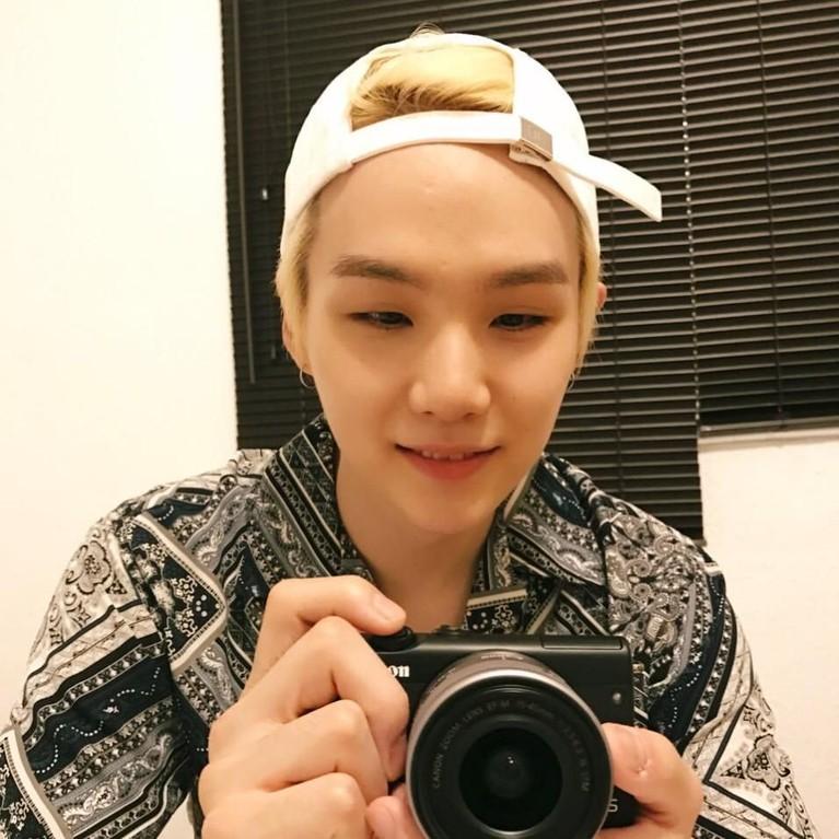 Suga BTS juga membuat ARMY Indonesia heboh saat mengunggah foto dirinya tengah swafoto di cermin. Di foto itu, Suga terlihat mengenakan batik berwarna hitam putih. Belakangan diketahui batik tersebut adalah pemberian salah satu penggemar Suga asal Indonesia.