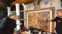 <p>Masih di Saung Kisut, diletakkan juga gamelan dan berbagai alat musik tradisional. Di atasnya terpajang berbagai macam kering. (Foto: YouTube @Atta Halilintar)</p>