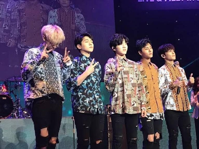 Personel Day6 menggunakan batik saat menggelar fan meeting di Jakarta pada 27 Agustus 2017 lalu, di Balai Sarbini. Boyband asuhan JYP Entertainment ini terlihat tampan dengan batik mereka.