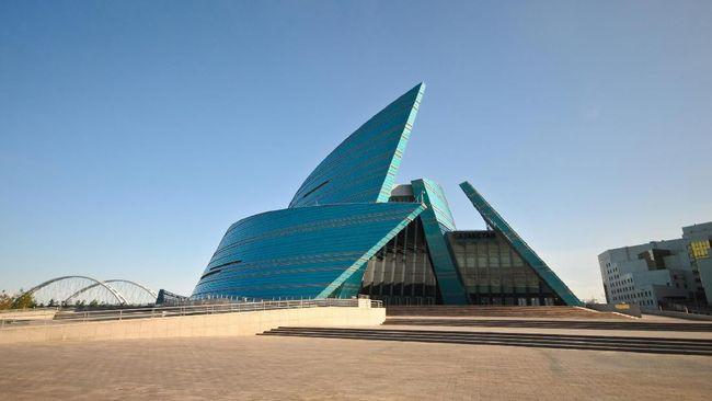 Saat datang ke Astana, turis pasti merasa sedang berada dalam adegan film fiksi ilmiah.